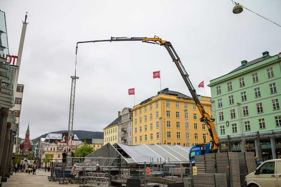 _685_gialla_Svanevik_20-10-16_costruzione-in-piazza