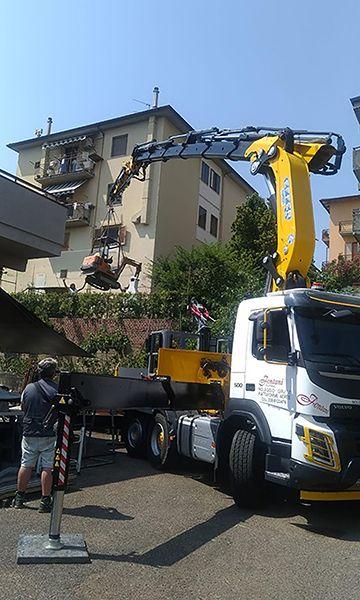 955 su Volvo solleva escavatore_Fontani Noleggi_07-2019